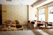 Imagen de la cafetería donde se ve parte del suelo Pergo Uniq (AC6) y el papel instalado.
