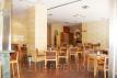 Otra vista de la cafetería donde se ve el suelo Pergo Uniq (AC6) y el papel pintado instalado.