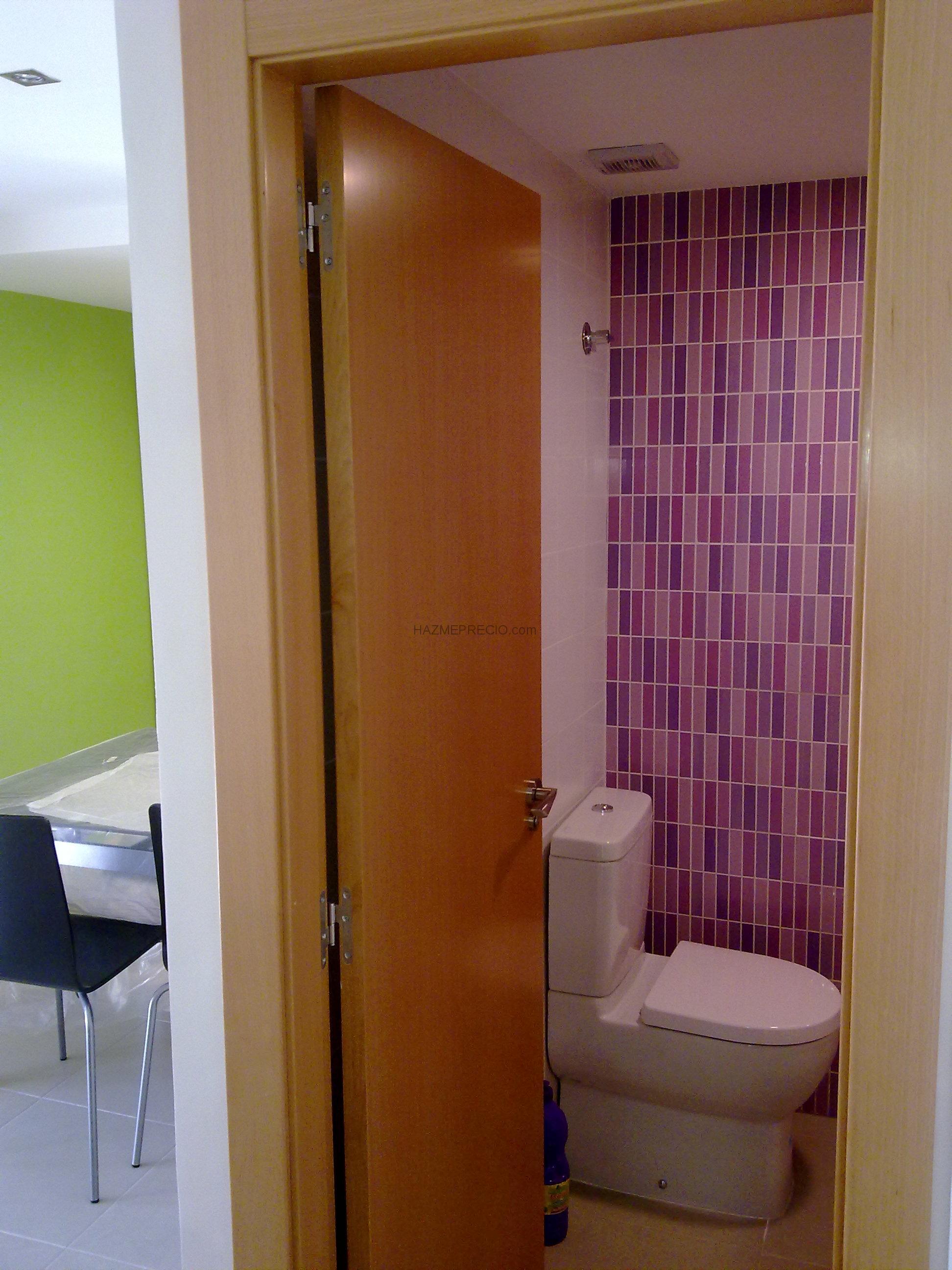 Azulejos Baño Fucsia:Cuarto de baño con azulejo precorte en fucsia, inodoro Jacob Delafont