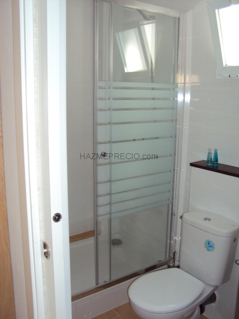 Armario De Baño Para Inodoro:En el baño hemos conseguido poner un inodoro, un mueble y un plato de