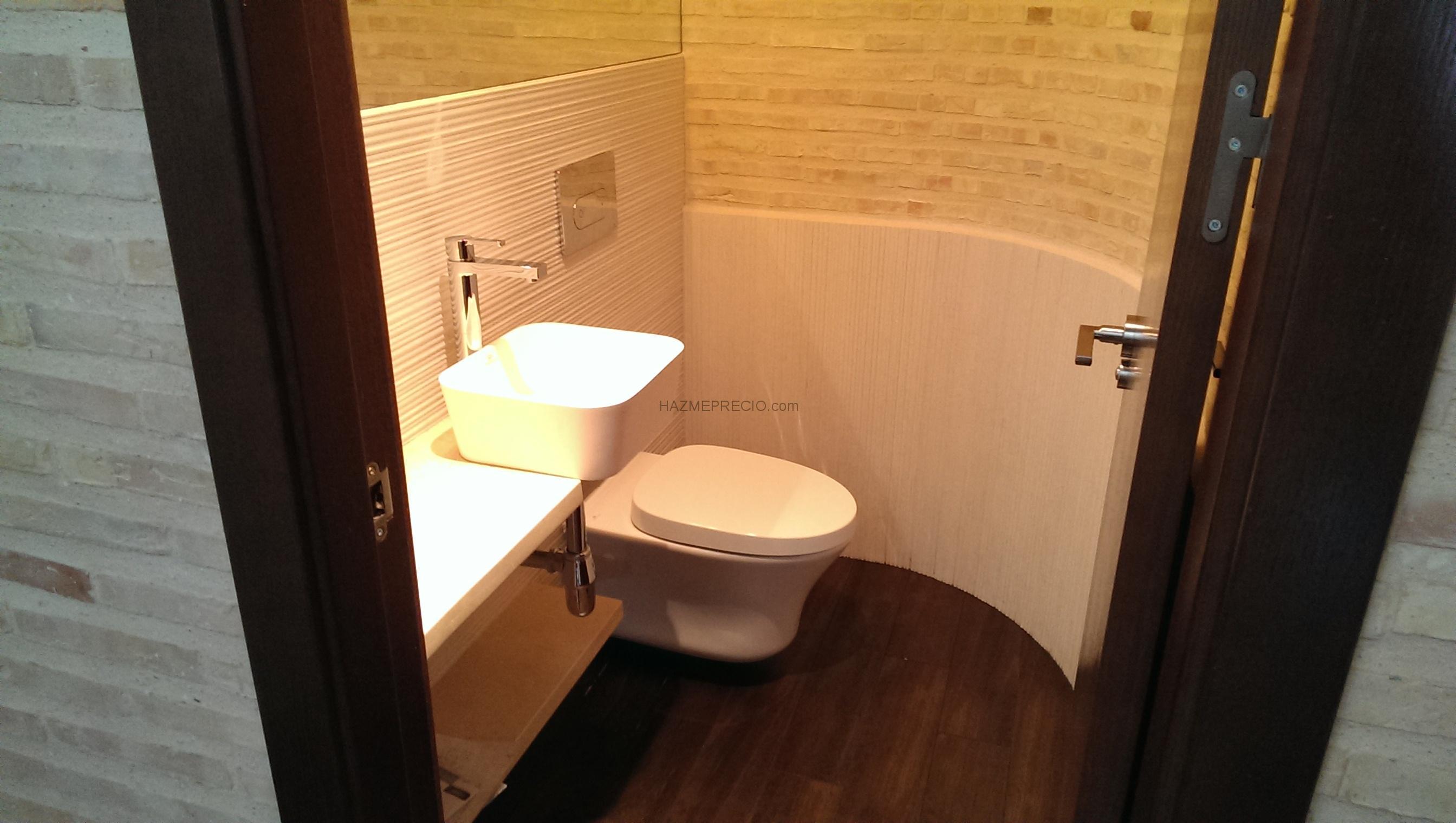 Baños Con Zocalo De Madera: de parquet de madera de roble teñido en nogal y pintura de vivienda