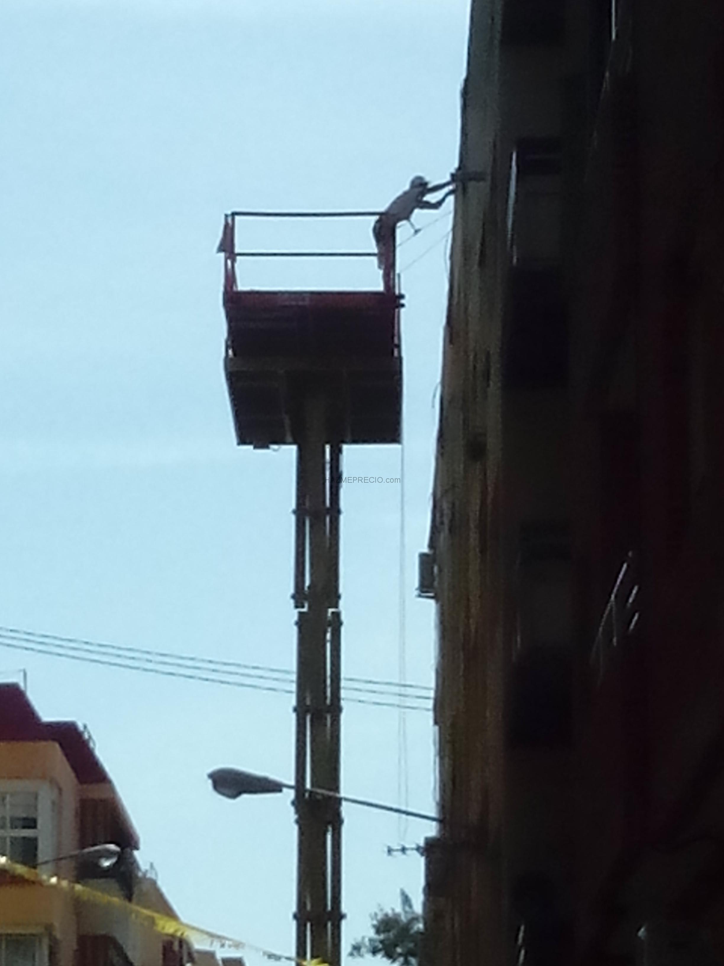 Cesta de elevación para el realizar el trabajo de la cornisa. goterasalicante.com