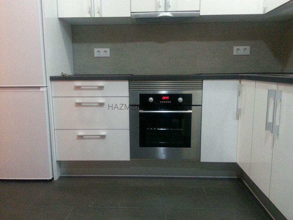 Reforma integral de un piso de 60 mt2 barcelona - Cocina suelo gris ...