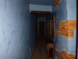 El pasillo se ha decorado con ladrillos rústicos envejecidos y protegidos con capa de barniz , madera de pino quemada y con la veta sacada (de echo a todas las puertas le hemos sacado la veta y barnizado en color nogal) y se ha pintado en veladuras estilo proprio de nosotros