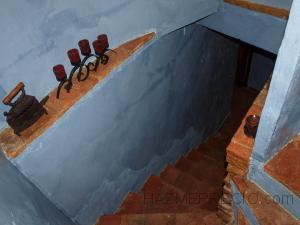 Como era parte del pasillo le hemos pintado del mismo tono y para sacar mas al detalle el rustico hemos placado los escalones con placas rusticas de de aspecto ladrillo, y decorado con objectos rústicos