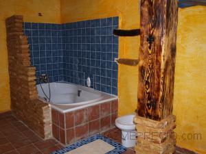 En el baño hemos combinado todo el rustico que se podía combinar! Piedra natural irregular, ladrillo rustico, madera maciza, cerámica rustica y el resultado es así como se ve!