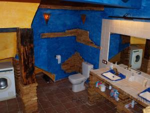 Hemos utilizado lavabos rústicos y grifos rústicos envejecidos y también se ha decorado con lampas rusticas de estilo árabe! (De hecho se han usado lampas de estilo árabe en toda la casa)