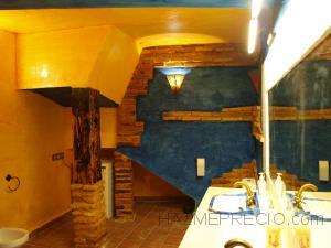 """El baño se ha pintado con veladuras combinando los colores amarillo y azul añil en estilo """"Viento"""""""