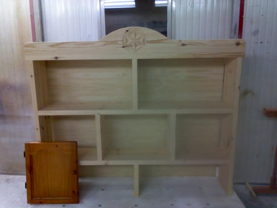Parte superior Alacena, en madera de Pino, antes de ser teñida y barnizada.