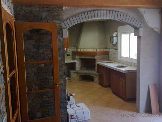 Sala amb cuina i llar de foc