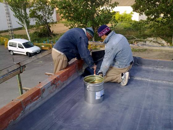 Impermeabilizando terraza con lamima de caucho de Epdm