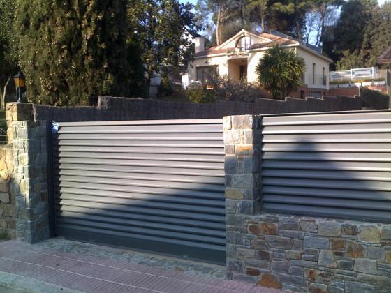 Colocar puertas valla y construir valla de piedra.