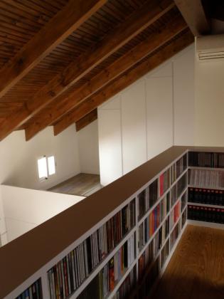 mueble para cds con armario abuhardillado en el fondo