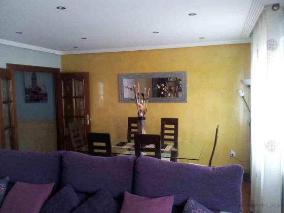Aplicación de microcemento en pared de salón