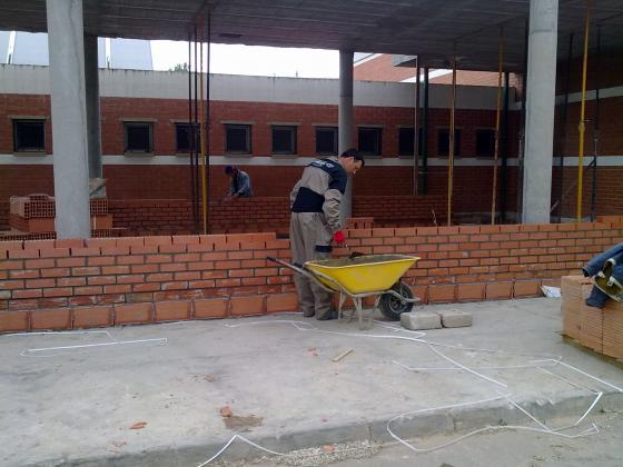 Realizando fachada con ladrillo caravista