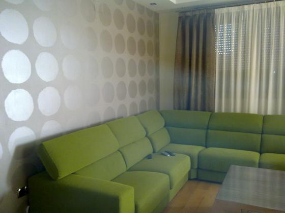 cambio de ambiente con pared empapelada de salon