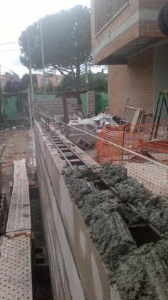 Construcción muros de bloque.