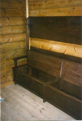 Escaño de pino norte, con arcon y mesa