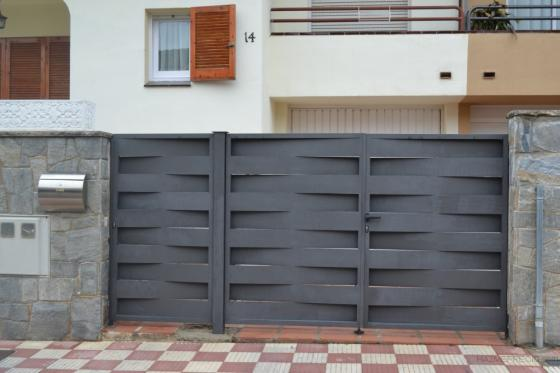 Puertas Esparreguera con lama recta. Acabado forja.