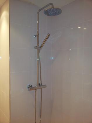 zona de la ducha ,baldosa rectificada y grifo termostatico.
