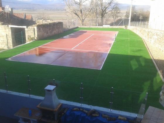 pista de tenis y cesped artificial