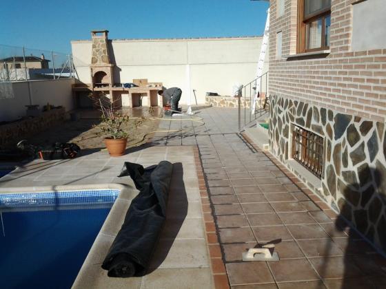 arreglo jardin con piscina, barbacoa,jardineras...
