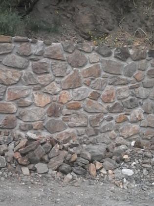 muro rustico con piedras del terreno