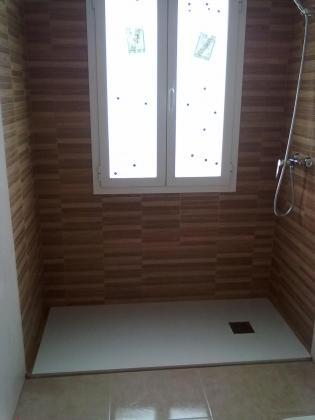 zona de ducha  con baldosa imitación madera