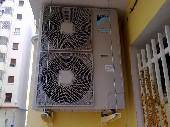 instalar compresor aire acondicionado DAIKIN 12 300 fr en clinica CEMA  Vilanova y la Gertrud
