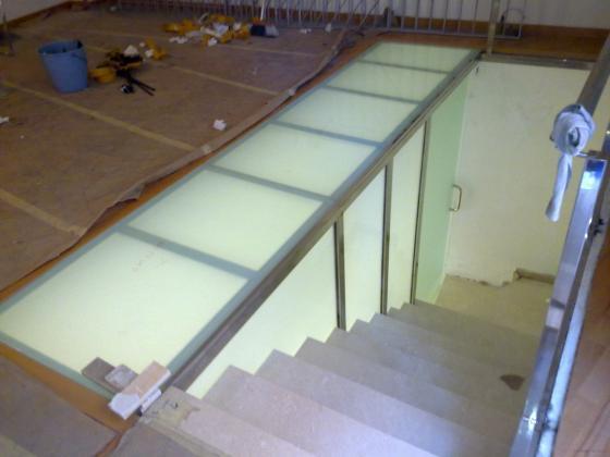 cerramiento hueco escalera con techo de cristal laminal para poder andar por él. Materiales utilizados: acero inox y cristal laminal mate