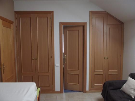 Construcción de armarios empotrados y puerta de paso a baño nuevo