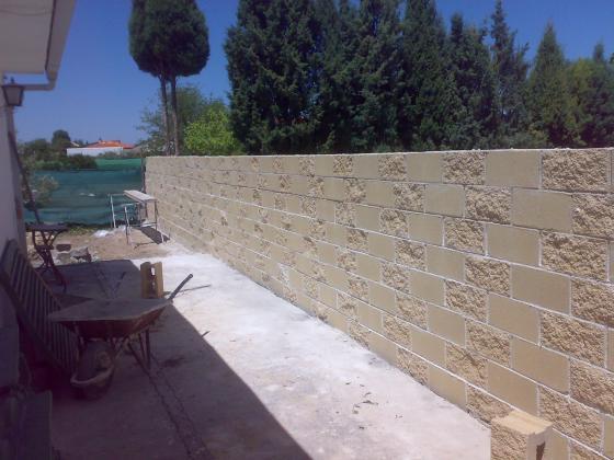 Muro de bloques de hormigon rugosos por los dos lados