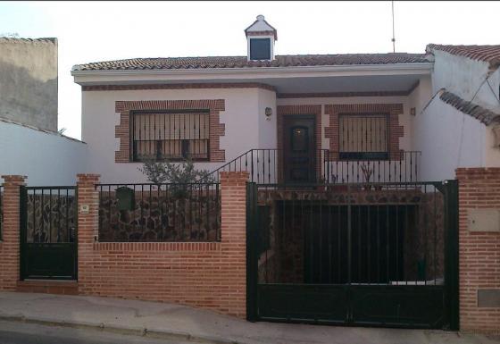 vivienda castellana con guarniciones en ladrillo de era.