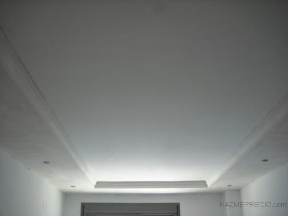 techo liso perimetral con moldura y focos halogenos.Reforma en Avenida de Emilio Lemos ,Sevilla.