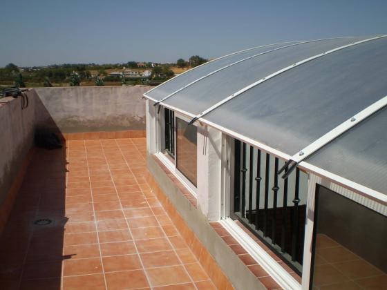 Cubierta de patio abovedada de policarbonato con ventanas para ventilación