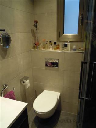 Reforma de baño con wc suspendido y cisterna oculta.