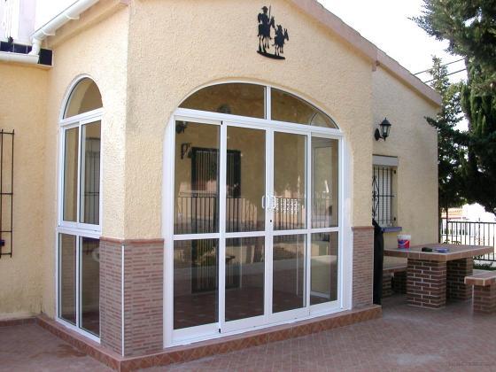 ventanas y puertas correderas en aluminio blanco y cristal doble urbanizacin la marina