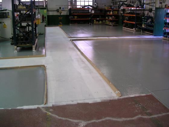 pintura de suelos epoxi imprimacion blanca y acabado gris zonas de trabajo
