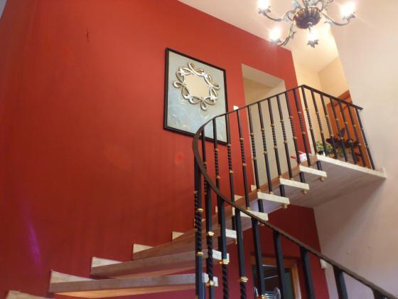 Alisado de paredes, esmaltado de barandilla y pintado de paños en color burdeos y blanco.