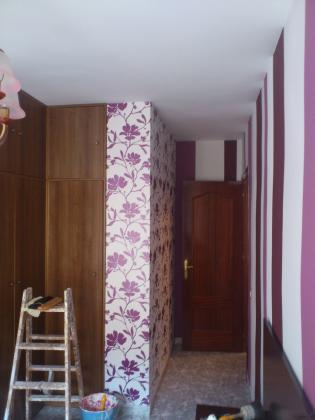 dormitorio terminado con papel y rayas pintadas
