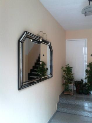 colocacion de espejo y apliques de luz en portal y escalera