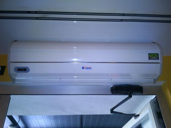 Instalación de cortina de aire en local comercial.