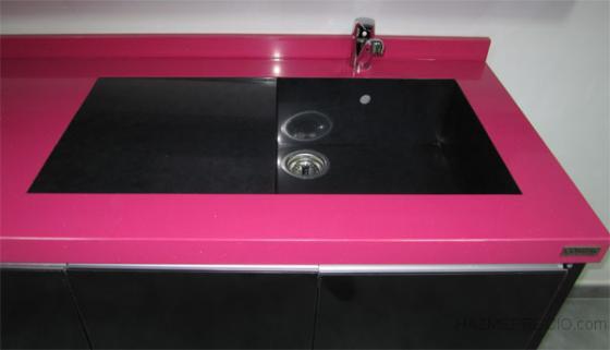 Enciemra de compac fucsia con lavabo ingletado y plano inclinado en color compac nero 3