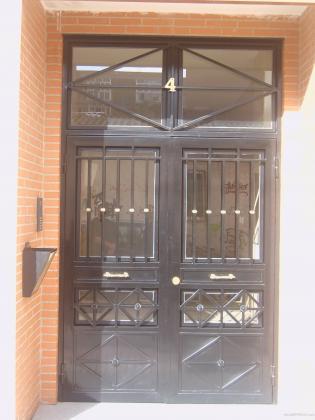 Puerta de portal en hierro.