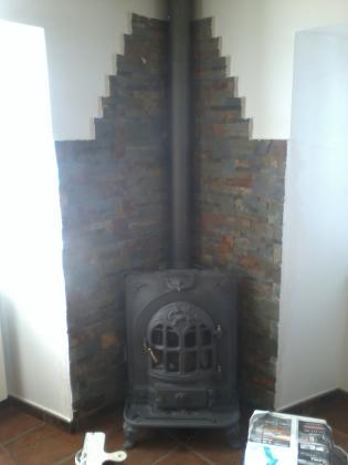 alicatado con piedra en chimenea