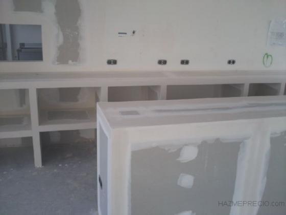 barra de pladur y estanteria en bar zona puerto valencia