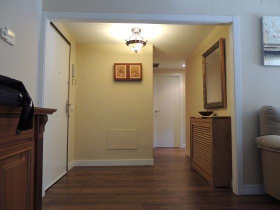 Tarima y puertas lacadas en vivienda.