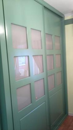 Frente corredera instalado por nuestro equipo especialista en armarios lacados.