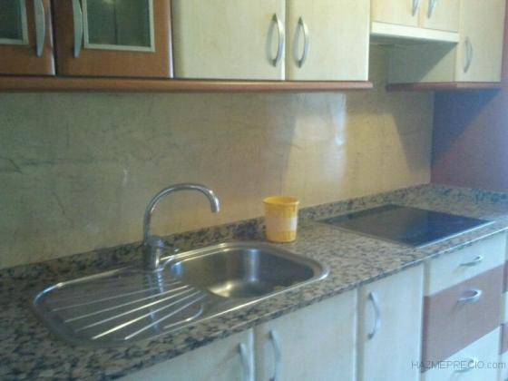 Aplicación de microcemento en paredes de cocina