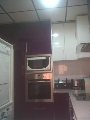 cocina con placa desmontable lisa pintada y moldura color negroobra faro cullera